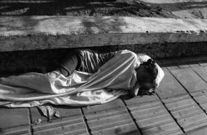 Mujer dormida con hojas secas_5 marzo 2011_gris BAJA